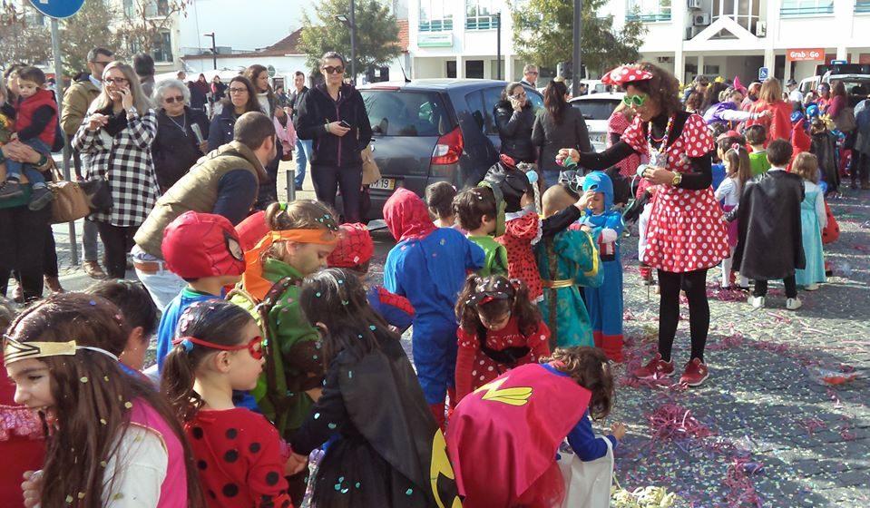 Crianças brincam ao Carnaval
