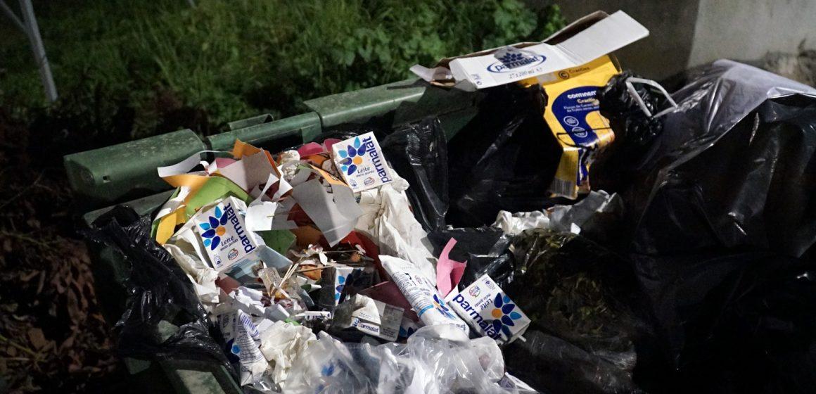 Milhares de pacotes de leite no lixo comum: Escola de Almeirim corre risco de perder bandeira verde