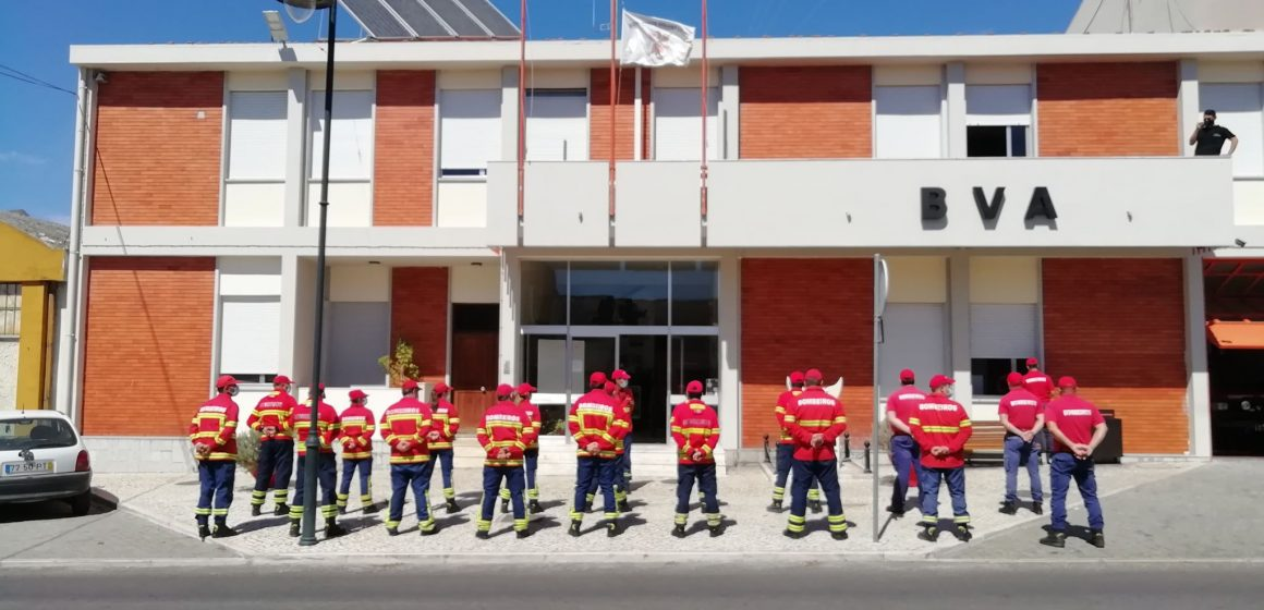 Bombeiros de Almeirim fazem homenagem a bombeiro que morreu no fogo de Oleiros