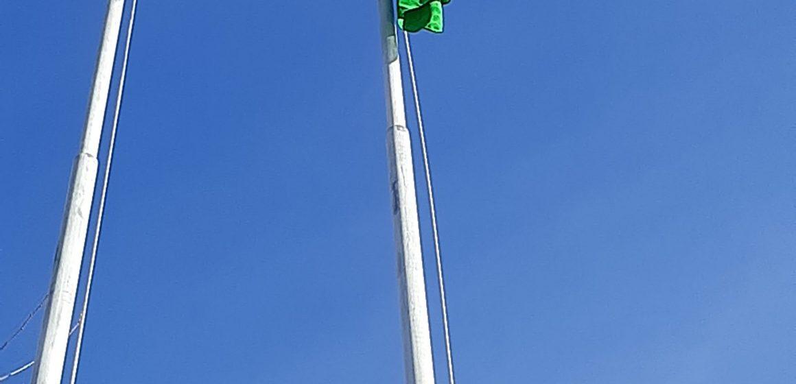 Bandeira volta a ser hasteada na Escola Febo Moniz