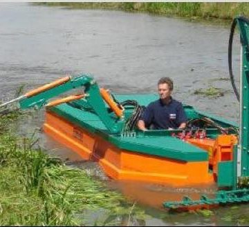 Barco guardado à espera de formação e atrelado